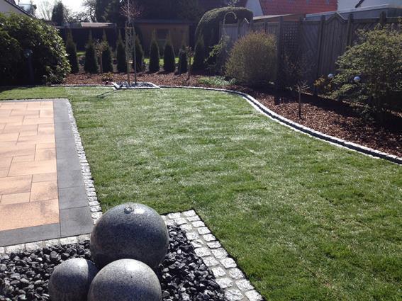 robin sudhoff garten landschaftsbau terrasse mit wasserspiel und vegetation. Black Bedroom Furniture Sets. Home Design Ideas